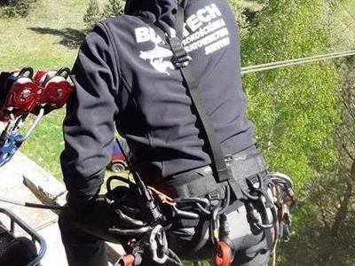 Wspinacz przygotowujący się do zjazdu po linie