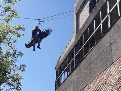 Ratownik transportujący poszkodowanego po linie