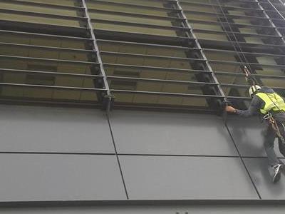 Wspinacz myjący okna