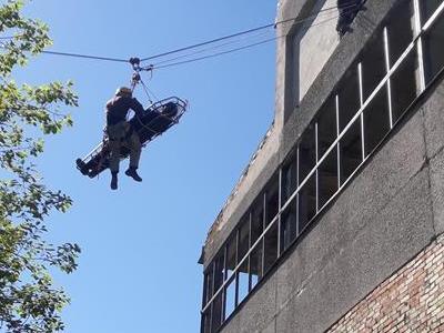 Pracownik wysokościowy wyciągający z budynku rannego