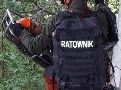 Ratownik pomagający potrzebującemu