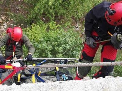 Dwoje ratowników ratujący poszkodowanego